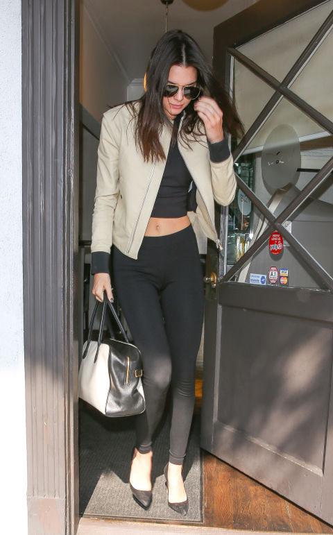 Como usar legging preta: Charlize Theron