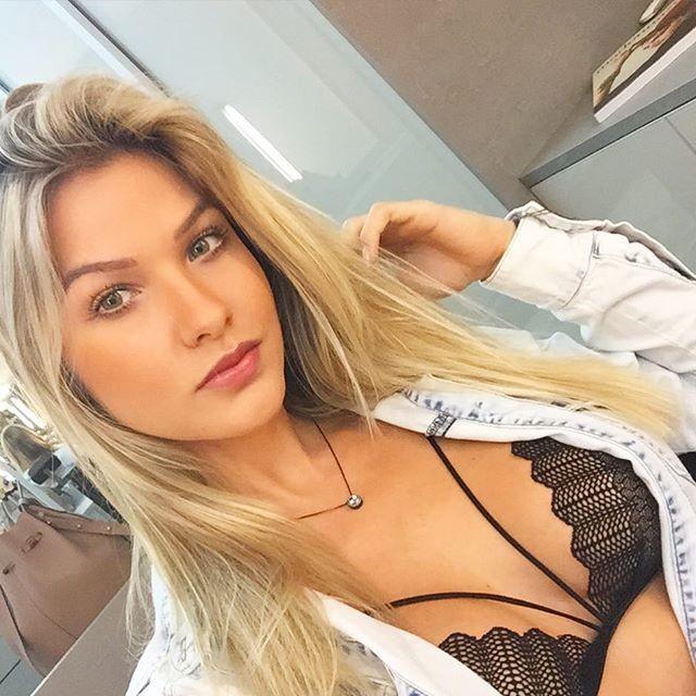 Andressa Suita usando sutiã Strappy Bra