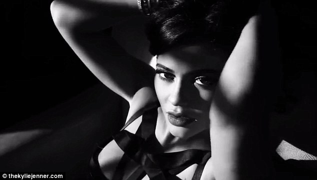 Kylie Jenner de Strappy Bra - lingerie sensual - em video
